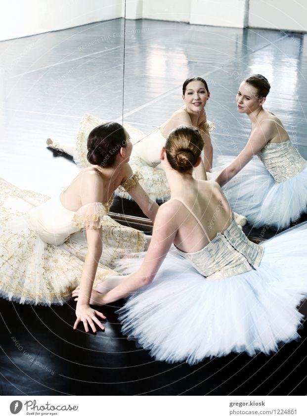 Ballerinen im Spiegel Mensch Jugendliche schön weiß Junge Frau 18-30 Jahre Erwachsene Gesicht feminin Kunst Freundschaft elegant gold sitzen Tanzen Rücken