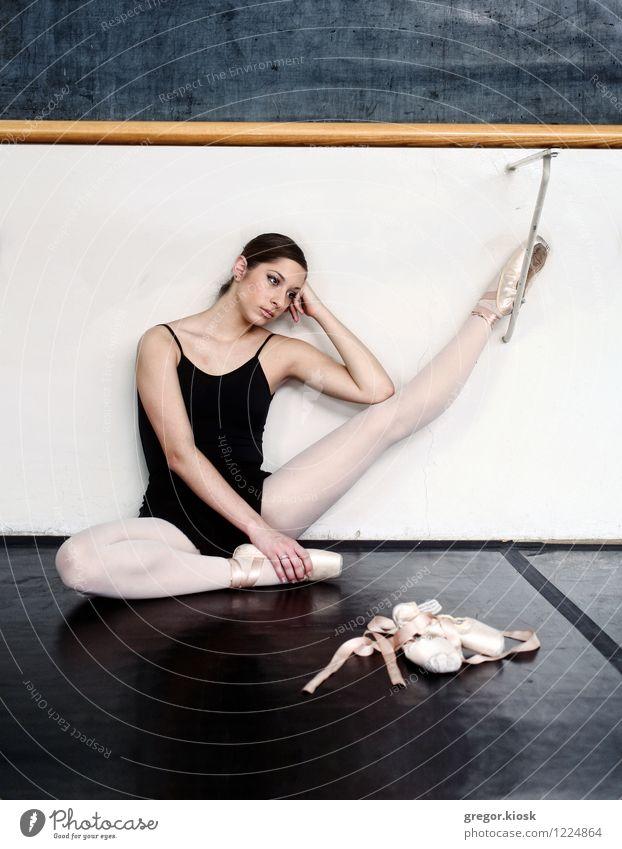 Ballettschuhe elegant Student Junge Frau Jugendliche Körper 1 Mensch 18-30 Jahre Erwachsene Kunst Künstler Tanzen Tänzer Balletttänzer Kultur Mauer Wand