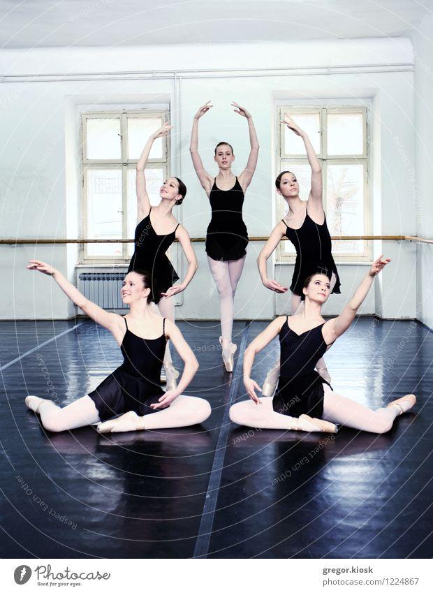 Ballett Mensch Frau Jugendliche 18-30 Jahre Fenster Erwachsene Holz Kunst elegant stehen sitzen Tanzen Blühend Kultur dünn Student