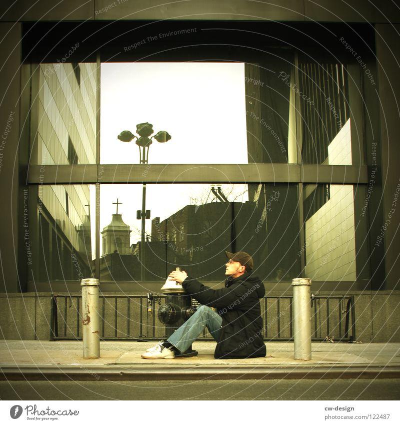 A L L E S W A S E I N G U T E S P H O T O .... II Stadt lustig sitzen modern festhalten Bürgersteig Fensterscheibe New York City Architekt Spiegelbild Spaßvogel Poller Junger Mann Hydrant