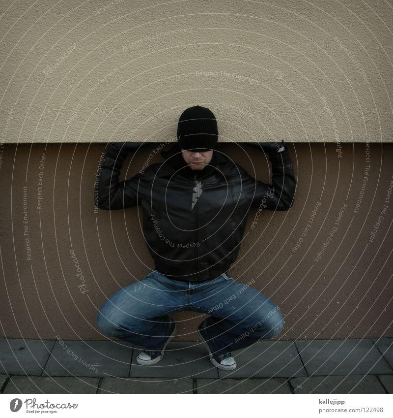 urban trimm dich fit! heben drücken abstützen stark Mann maskulin Haus Schneckenhaus Bodybuilder Bodybuilding Rambo schwer transpirieren Schweiß Jacke Hose