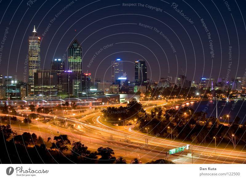 Perth @ night #6 Wasser blau Freude Ferne Lampe Freiheit träumen Wärme Hintergrundbild nass groß Hochhaus hoch Fröhlichkeit Macht Bankgebäude