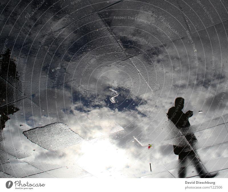 Glasboden II Mann Raster schwarz durchsichtig Frankfurt am Main Platz Marktplatz Reflexion & Spiegelung Pfütze Wolken Bahnhof Wasser Bodenbelag Mensch blau weis