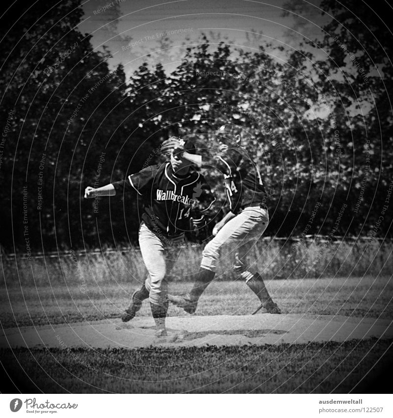::The Pitcher:: Baseball schlagen Spielen analog Sportplatz Mann Leipzig Schwarzweißfoto pitcher Ball pitchers mound mehrfachbelichtung Scan Mensch Bewegung