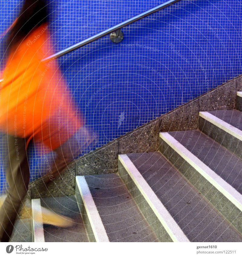 Jump and Run I springen Geschwindigkeit weiß U-Bahn Unschärfe Jagd außer Atem gefährlich Bahnhof Angst Panik rennen laufen Hochgehen Treppe orange blau