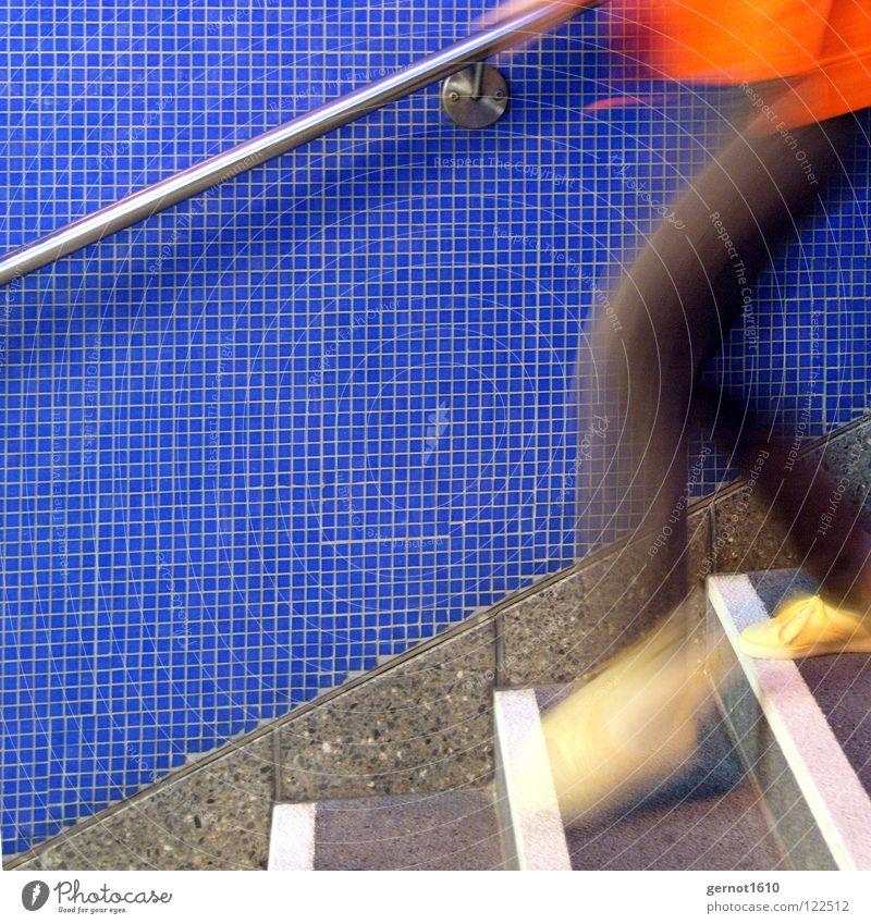 Jump and Run II springen Geschwindigkeit weiß U-Bahn Unschärfe Jagd außer Atem Bahnhof gefährlich Extremsport rennen laufen Hochgehen Treppe orange blau