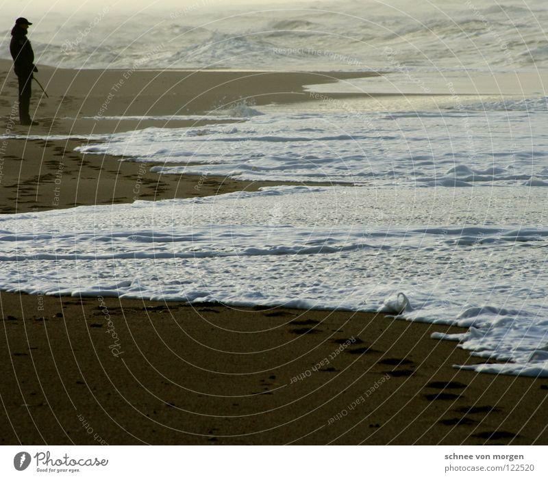 tosende unruhe Mensch Mann Meer Strand ruhig See Sand Wellen Spuren Leidenschaft Gewitter Unwetter rau
