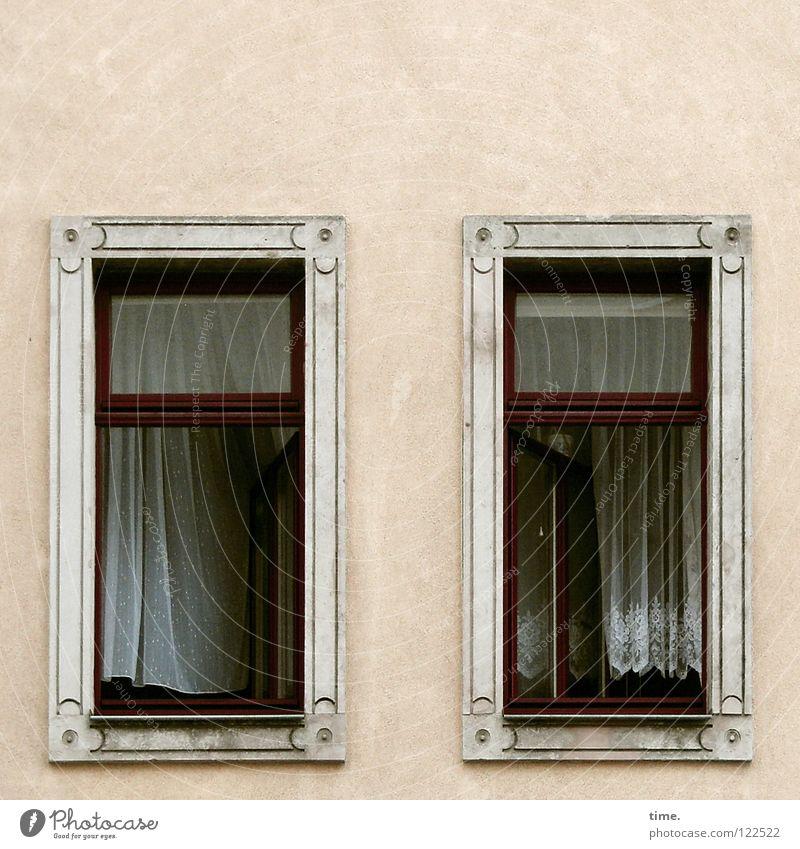 Gleich knallt 'ne Tür! Fenster Haus Palast Gehege Wand Quadrat Vorhang Mauer Nostalgie Nachkriegszeit Erneuerung Glasscheibe Blick Rüschen Fensterrahmen