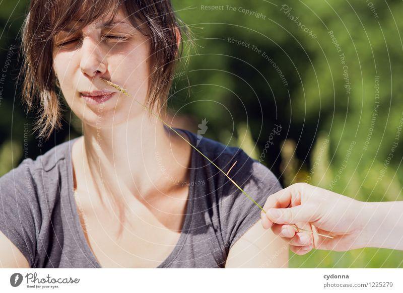 Allergieauslöser Mensch Natur Jugendliche Junge Frau Hand Freude 18-30 Jahre Erwachsene Leben Frühling Gras Gesundheit Gesundheitswesen Freizeit & Hobby Idylle