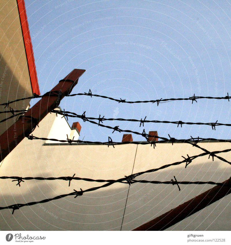 geometrie Himmel blau rot Haus Wand Mauer Linie Angst Fassade Ecke gefährlich Niveau Dach Zaun Geometrie Schornstein