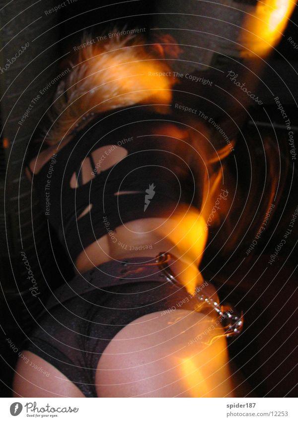 discodancing Gogo-Tänzer Disco Club Party Tanzen Hinterteil Partygast feminin Erotik Gesäß reizvoll Handschellen Rückansicht Froschperspektive Körperhaltung
