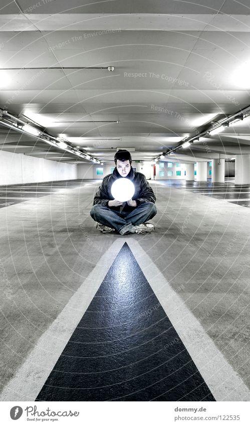 illuminating 2 Mann Kerl Garage Tiefgarage Untergrund unten dunkel Leuchtstoffröhre Beton kalt Winter Beschriftung Parkplatz erleuchten Erkenntnis Schuhe Hose