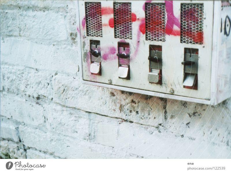 o ein automat alt weiß Stadt Straße Wand Graffiti Spielen Mauer Kindheit rosa dreckig streichen Spielzeug Bürgersteig entdecken Kasten