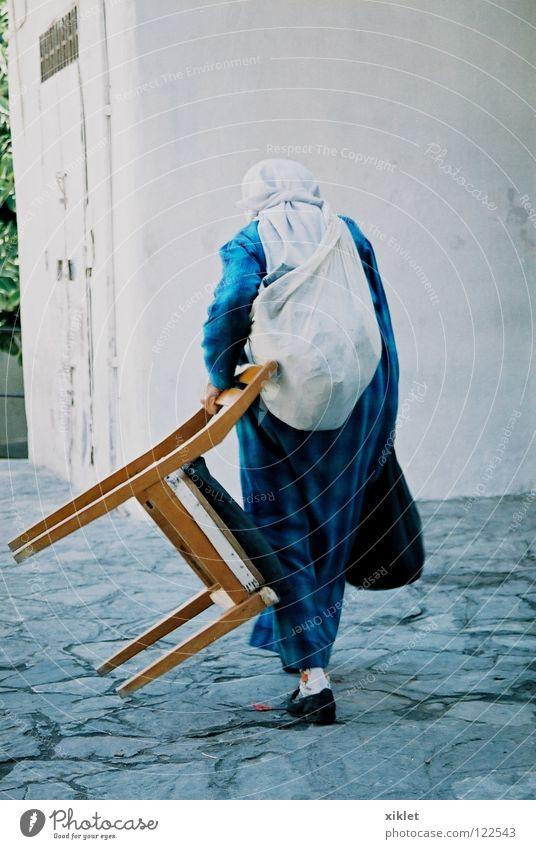 marrocos Frau Ferien & Urlaub & Reisen blau Wege & Pfade Fassade laufen Rücken Kultur Kleid Stuhl Glaube Tradition Islam tragen Tasche Schal