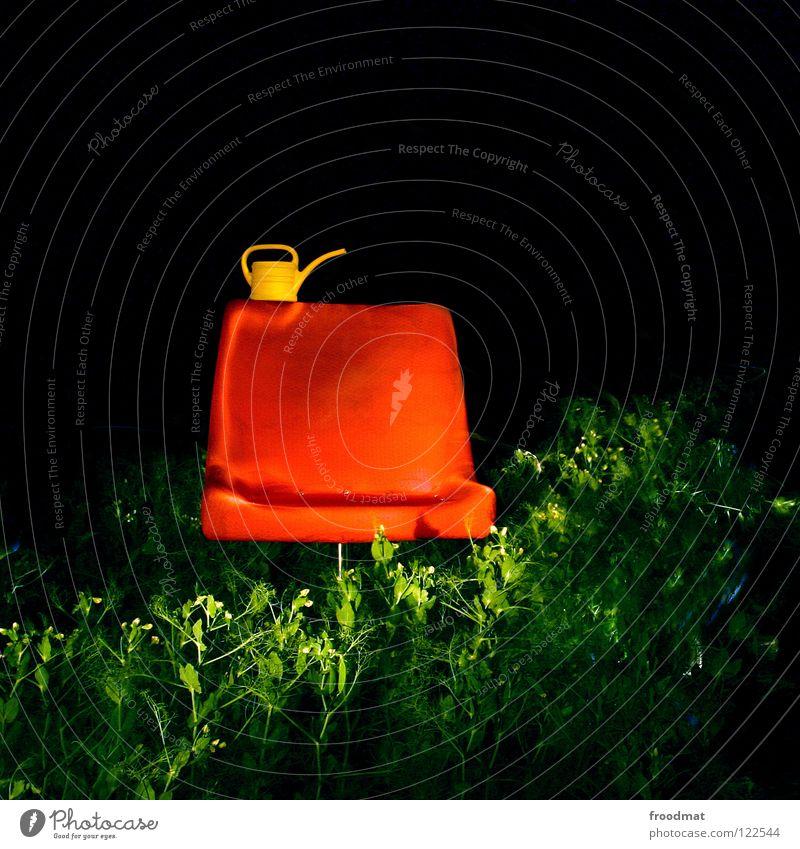 Sessellift Quadrat Schichtarbeit Langzeitbelichtung Dinge Kannen Gießkanne dumm sinnlos Nacht dunkel Ackerbau Landwirtschaft Pause schick Möbel deplatziert