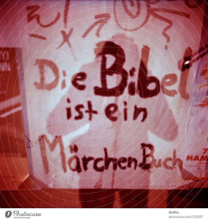 ...steht auf S. 1309 Bibel Buch Plakat Kritzelei Fotograf Buchstaben Mittelformat vervielfältigen Märchen Schriftzeichen Mauer violett rosa Rollfilm Lomografie