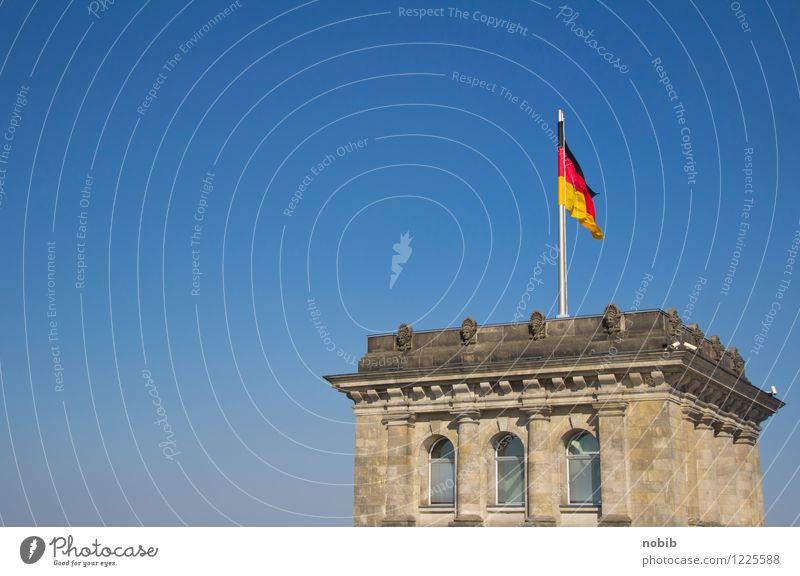Regierungsturm Tourismus Sightseeing Wirtschaft Berlin Hauptstadt Menschenleer Turm Deutscher Bundestag Stein Backstein Fahne gigantisch historisch blau gelb