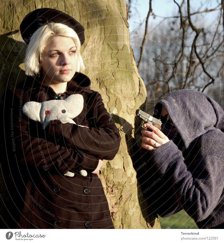 bäm.du.bist.tot. Frau Hand weiß Baum Sommer schwarz Gesicht Tod Haare & Frisuren Denken Fuß blond Angst Arme bedrohlich festhalten