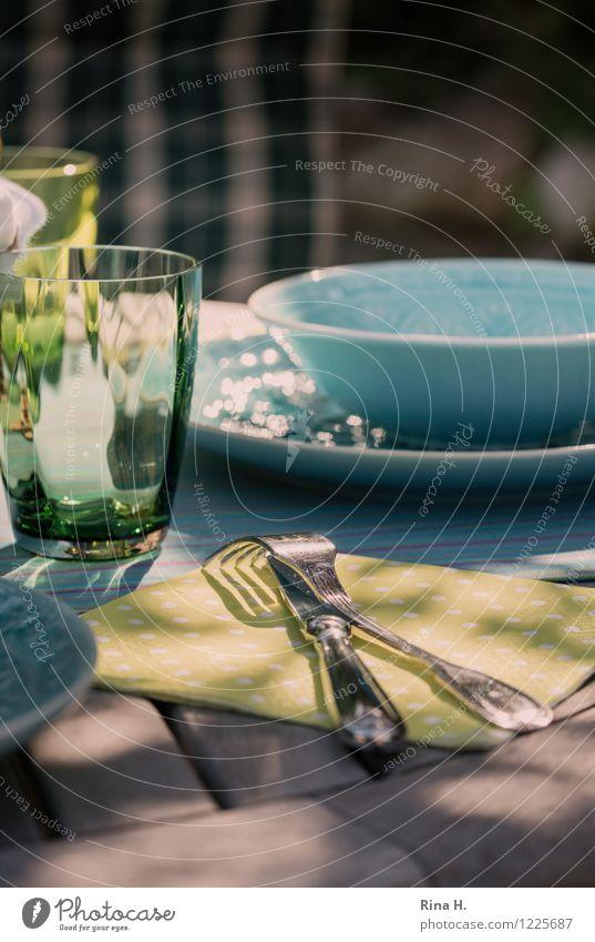 Gedeckt Sommer Garten Glas authentisch genießen Schönes Wetter Geschirr Schalen & Schüsseln Teller Messer Holztisch Gabel
