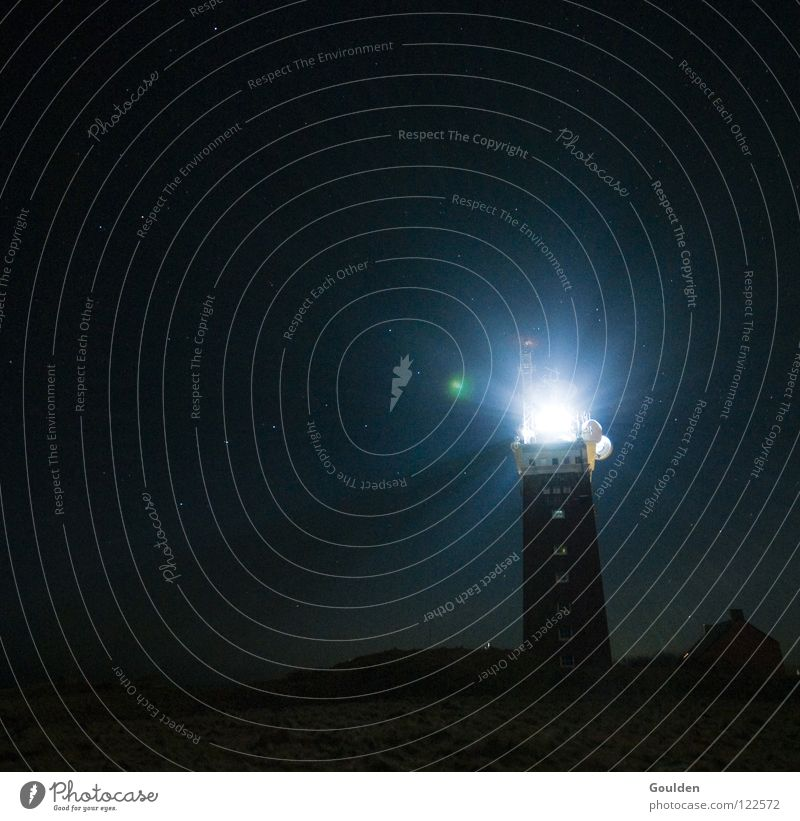 Licht im Dunkel Himmel Ferien & Urlaub & Reisen Einsamkeit Lampe dunkel Wasserfahrzeug Brand Hoffnung Insel Kommunizieren Nachthimmel Vergangenheit Schifffahrt Leuchtturm erleuchten Warnhinweis