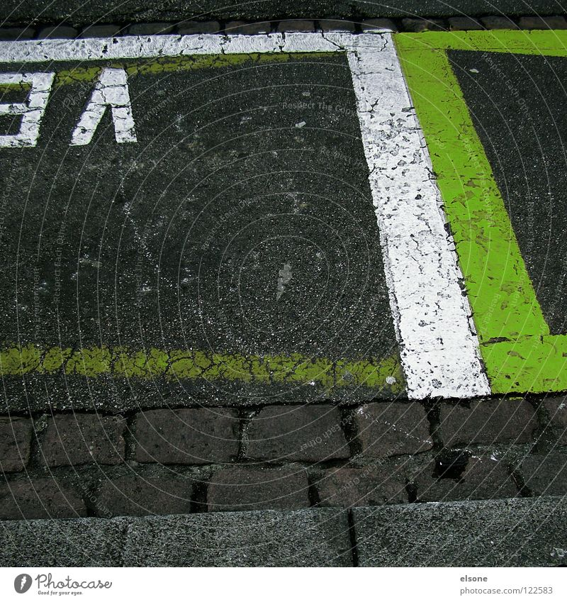 ::3/\][:: weiß grün Stadt Straße Stil grau Wege & Pfade Linie warten dreckig Straßenverkehr Verkehr leer stehen einfach Schweiz
