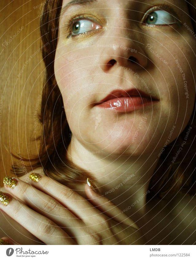 Gold ist nicht alles. Oder? Frau Lippen Hand Finger Nagel Fingernagel glänzend Nagellack schön verschönern niedlich schimmern attraktiv Schulter Denken Kopf