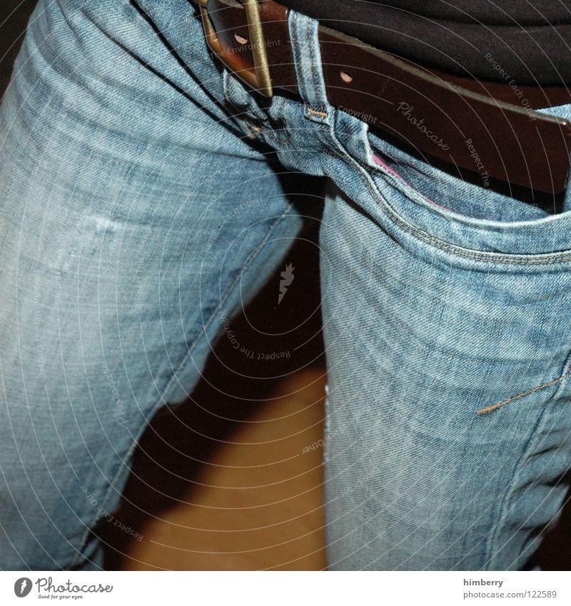 fit im schritt Frau Hose Gürtel Bekleidung gehen Tasche Schnalle anziehen entkleiden Dame Beine Jeanshose laufen schreiten Mode