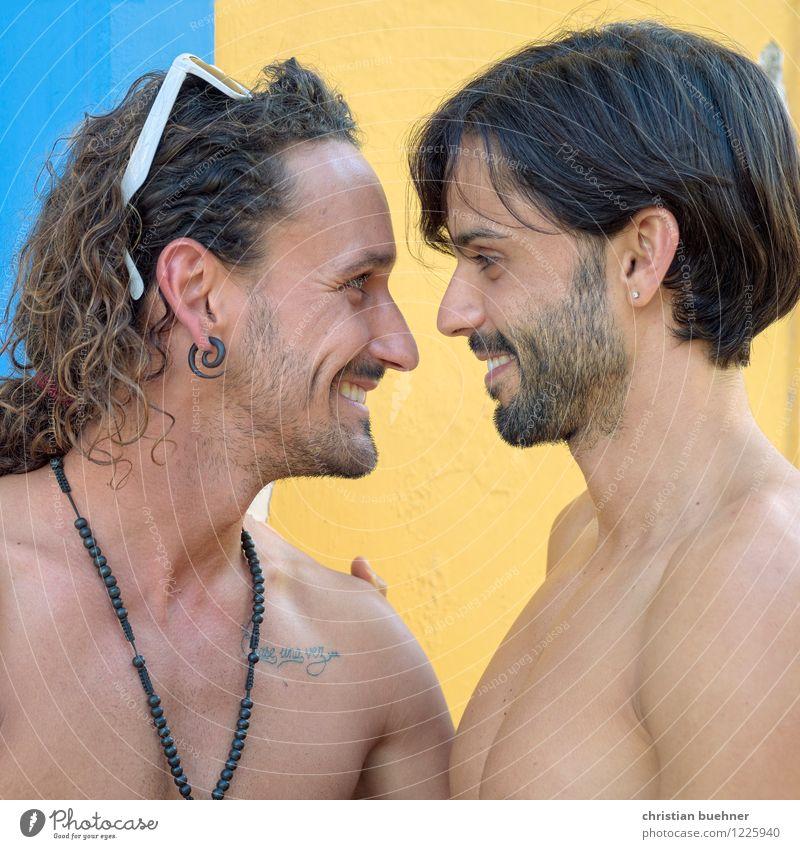 augenschmauss Homosexualität Junger Mann Jugendliche Paar Partner 2 Mensch 18-30 Jahre Erwachsene Küssen Lächeln Liebe Blick Zusammensein kuschlig natürlich