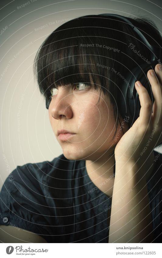 music Musik Junge Frau Jugendliche Erwachsene Hand Denken hören Lied Kopfhörer Gedanke Silhouette Porträt Profil Blick Halbprofil brünett Pony nachdenklich