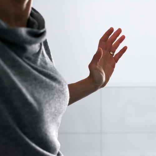 Kindheitserinnerung   Backpfeife Lifestyle Freizeit & Hobby Frau Erwachsene Mutter Leben Hand 1 Mensch 30-45 Jahre Bewegung Gefühle Ungerechtigkeit Gewalt