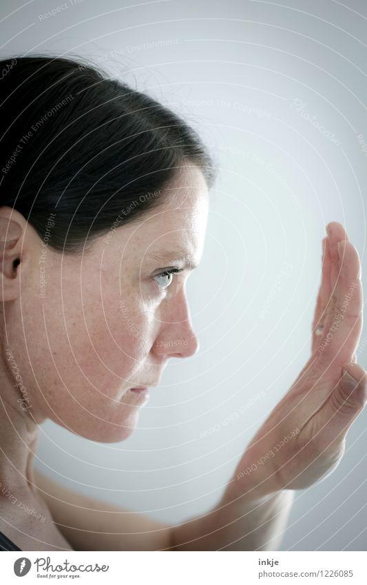 Konzentration aufs Unwesentliche Lifestyle schön Körperpflege Maniküre Gesundheit Behandlung Frau Erwachsene Leben Gesicht Hand 1 Mensch 30-45 Jahre alt Blick
