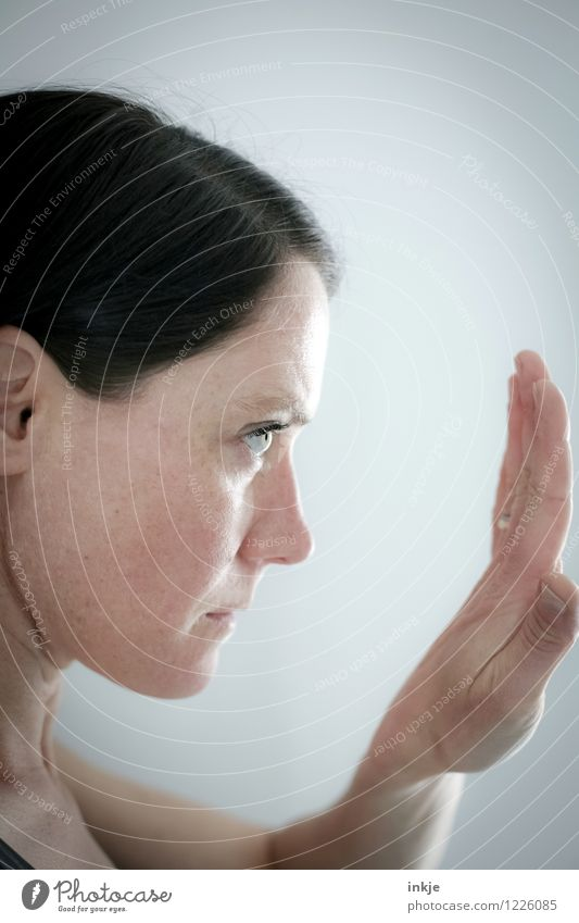 Konzentration aufs Unwesentliche Mensch Frau alt schön Hand Erwachsene Gesicht Leben Gefühle Senior Gesundheit Lifestyle authentisch Sauberkeit rein