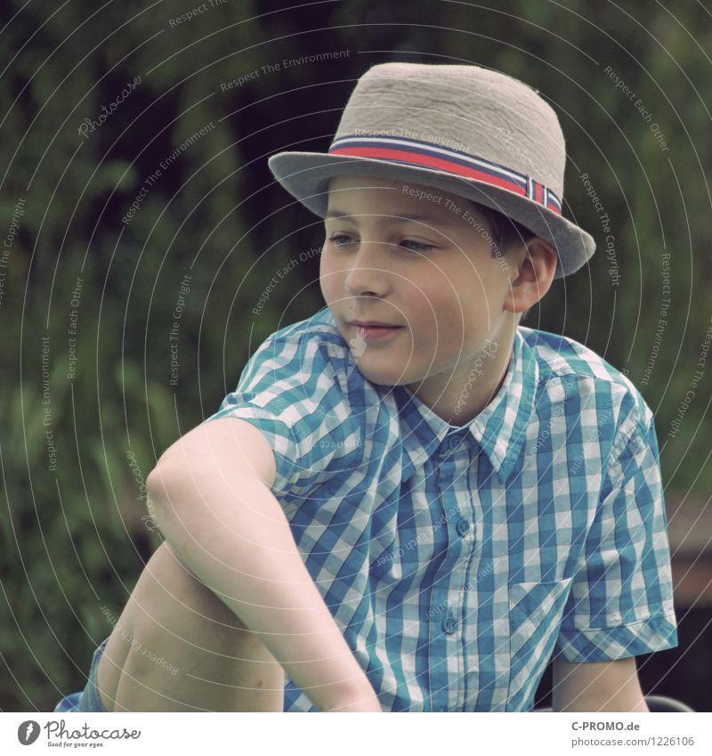 Retro boy Mensch Kind blau grün Erholung ruhig Junge Denken maskulin Zufriedenheit nachdenklich Kindheit sitzen Lächeln Coolness Gelassenheit