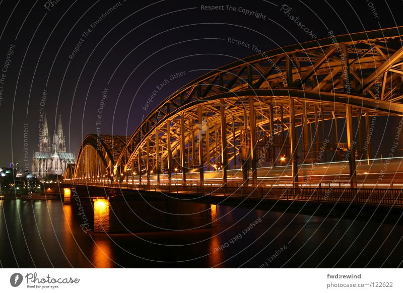 Köln bei Nacht Langzeitbelichtung Licht Eisenbahn Gotteshäuser Brücke Night Nachtaufnahme Dom Cathedral Bridge Architecture Light Train Architektur