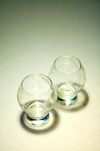 Zwei Gläser Glas 2 Paar paarweise Zusammensein Zusammenhalt zusammengehörig Kristallstrukturen Getränk Geschirr hausstand Haushalt Küche Gastronomie Bar leer
