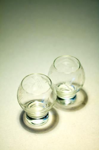 Zwei Gläser Paar Zusammensein Textfreiraum Glas paarweise leer Getränk Küche Zusammenhalt Gastronomie Geschirr Bar Kristallstrukturen Haushalt zusammengehörig
