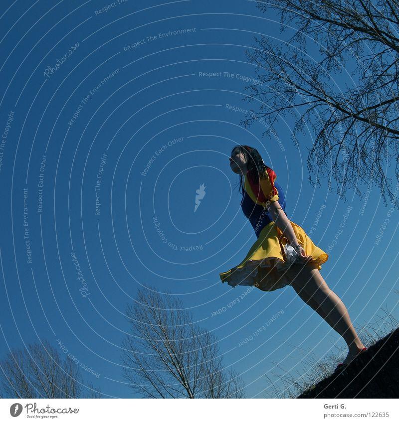 sich einfach fallenlassen Frau Kind Mädchen schön Baum blau rot Freude schwarz gelb oben Glück lachen Mauer klein Wind