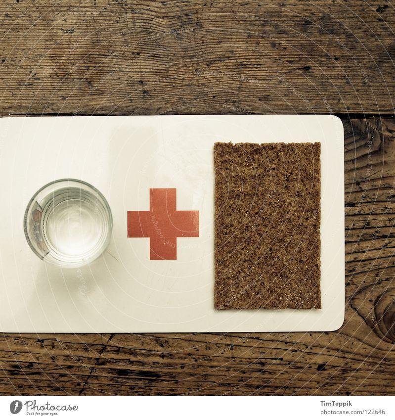 Wasser & Brot Kreuz Tisch Holzstruktur Erste Hilfe Küchenhandtücher Knäckebrot Schwarzbrot Schneidebrett Appetit & Hunger trinken Glas Wasserglas