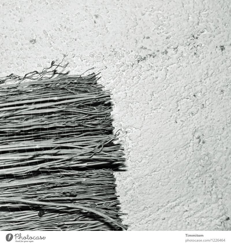 Motivlage eher unklar. Besen Mauer Wand hängen ästhetisch einfach grau schwarz Kreativität Schwarzweißfoto Strukturen & Formen Putz Innenaufnahme Menschenleer