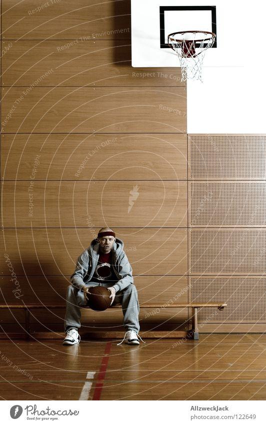 nach dem Spiel Mann Einsamkeit Sport Spielen Denken warten sitzen Ball Bank Langeweile Lagerhalle Kanu Parkett Korb Basketball Enttäuschung