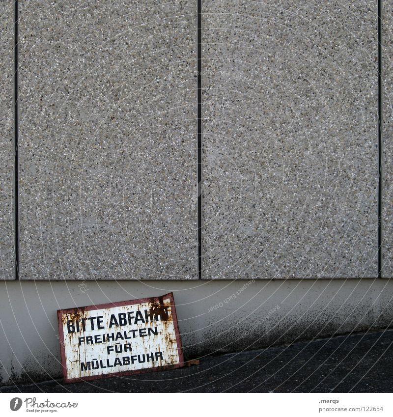 Bitte Abfahrt Wand grau weiß trist Beton Asphalt Müllabfuhr Rost Autobahnauffahrt Straßenverkehrsordnung Öffentlicher Dienst Kommunizieren Hinweisschild