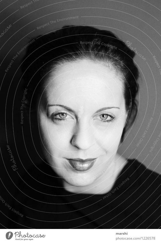 Hohe Stirn & dicke Lippe Mensch feminin Junge Frau Jugendliche Erwachsene Leben Kopf 1 30-45 Jahre Gefühle Stimmung Porträt Blick in die Kamera intensiv