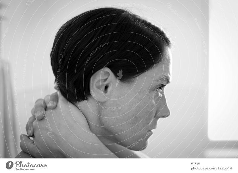 sie denkt... Lifestyle Stil Frau Erwachsene Leben Gesicht Hand 1 Mensch 30-45 Jahre Haare & Frisuren schwarzhaarig kurzhaarig Denken authentisch Gefühle