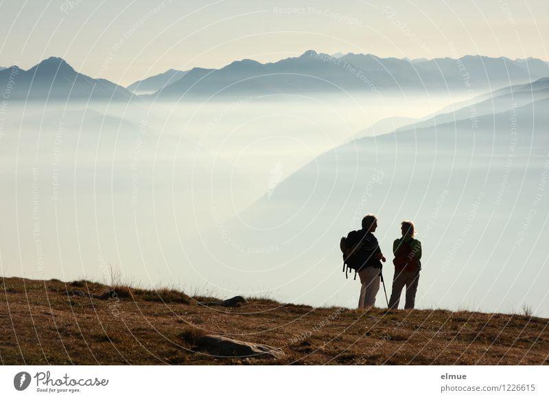 Unendlichkeit Mensch blau Landschaft ruhig Ferne Erwachsene Berge u. Gebirge Herbst Glück Zeit Freiheit fliegen Paar Horizont träumen Nebel