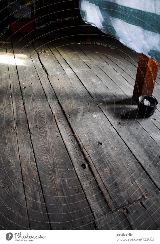 Dachboden Haus Einfamilienhaus Stadthaus Holz Holzfußboden roh Fuge Wäsche trocknen Wäscheleine Detailaufnahme Häusliches Leben
