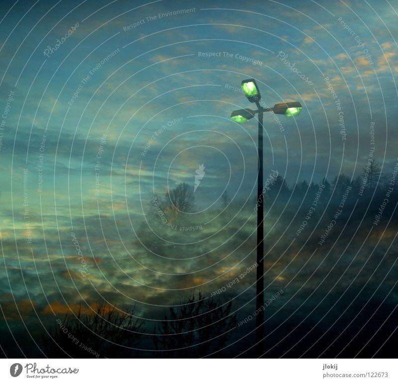 Dusk Laterne Wolken Baum Nadelbaum Dorf Park Parkplatz Sonnenuntergang Doppelbelichtung Licht dunkel Abend Detailaufnahme Himmel obskur Berge u. Gebirge spooky