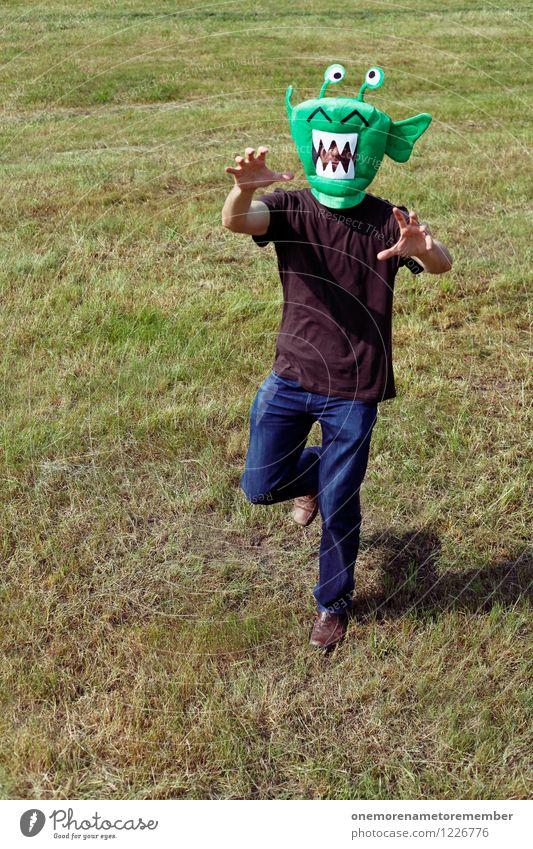 invasion Jugendliche grün Freude Wiese Bewegung Spielen Kunst verrückt ästhetisch laufen rennen Maske Kunstwerk Kostüm Monster spaßig
