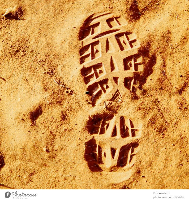 Meine Spuren im Sand Australien Outback rot Ocker Silhouette Fußspur Schuhsohle Wanderschuhe Alice Springs Erde Wüste orange Profil footprint