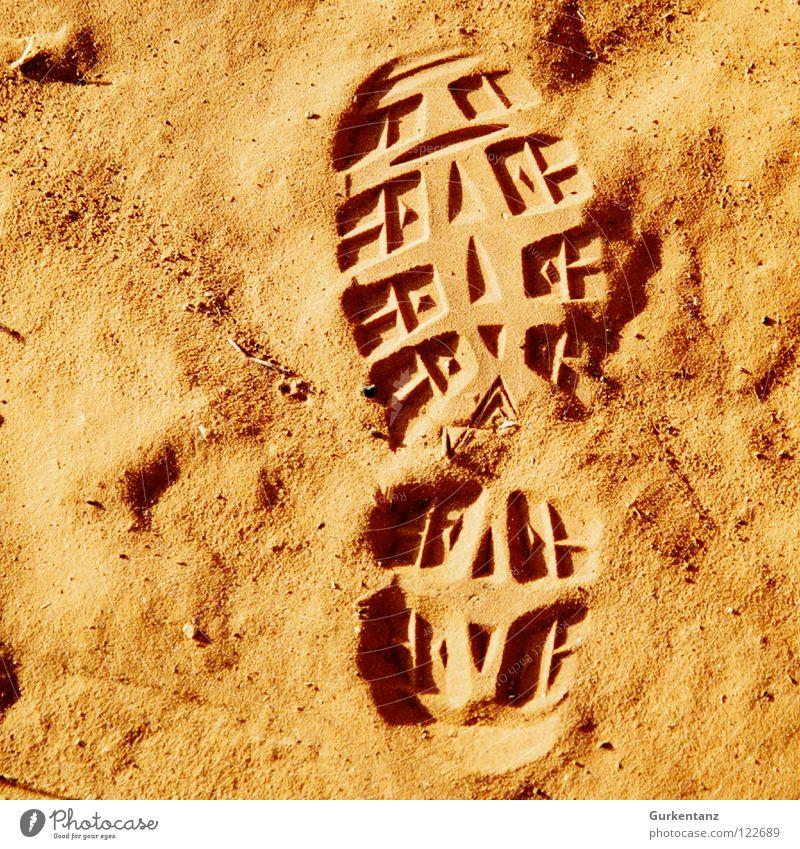 Meine Spuren im Sand rot orange Erde Wüste Schuhe Fußspur Australien Wanderschuhe Ocker Outback Schuhsohle Alice Springs
