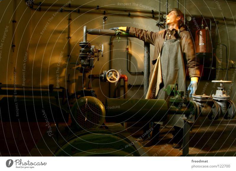 Rohrreiniger ||| Deutschland Verfall Feuerlöscher Taschenlampe Mantel Schürze deplatziert klein eng erleuchten Licht Armee Russen Eisen Ventil Mann langhaarig